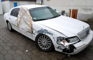 Lincoln Town Car Signature 2005 damaged car for renovation or parts